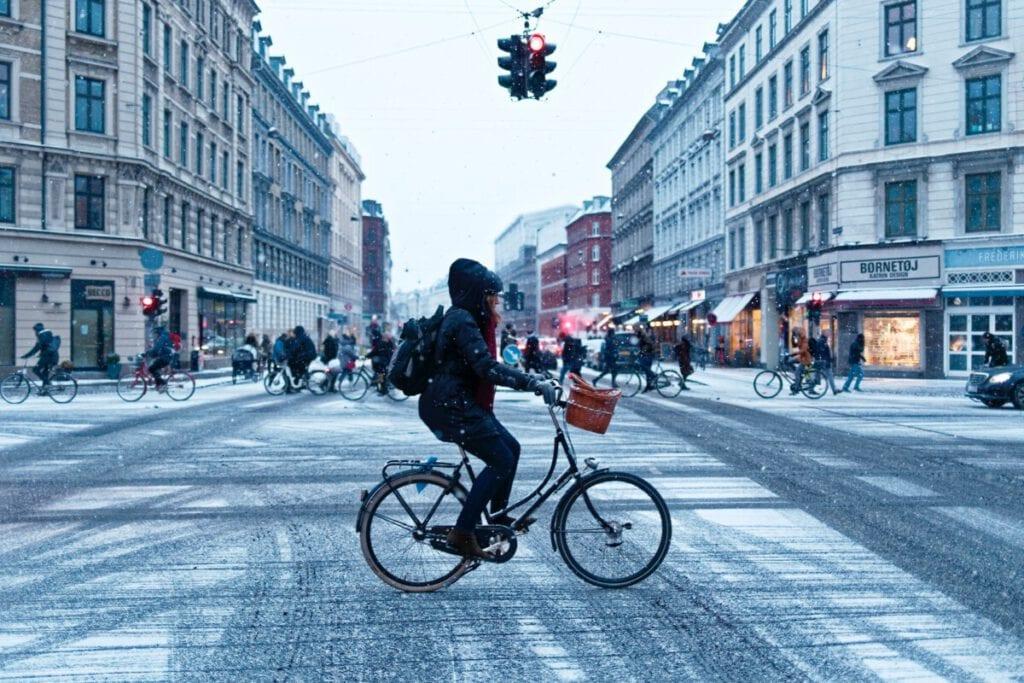 cycling-through-a-snowy-city