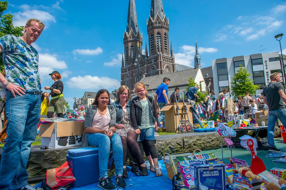 Meimarkt-biggest-nightly0flea-market-in-the-Netherlands