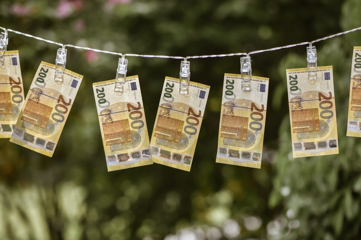 money-hanging-on-clothesline