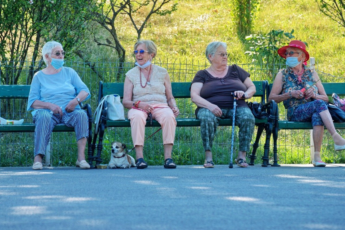 old-women-sitting-on-a-bench-wearing-facemasks-in-the-Netherlands
