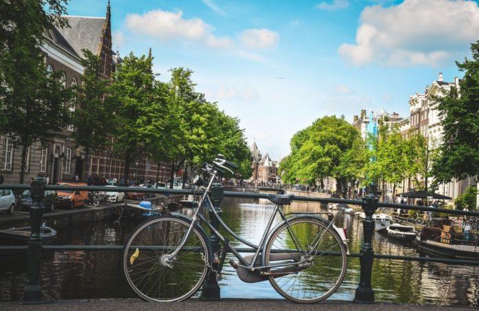bike-on-amsterdam-canal