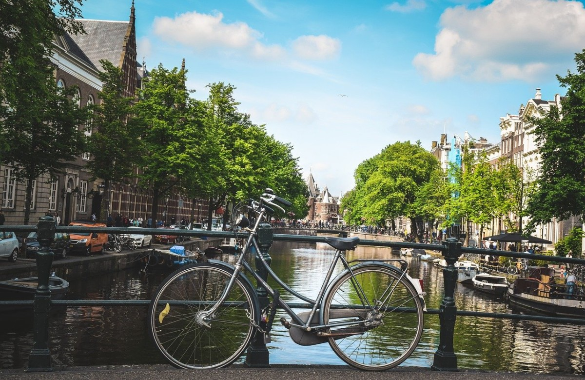 bike-on-amsterdam-canal