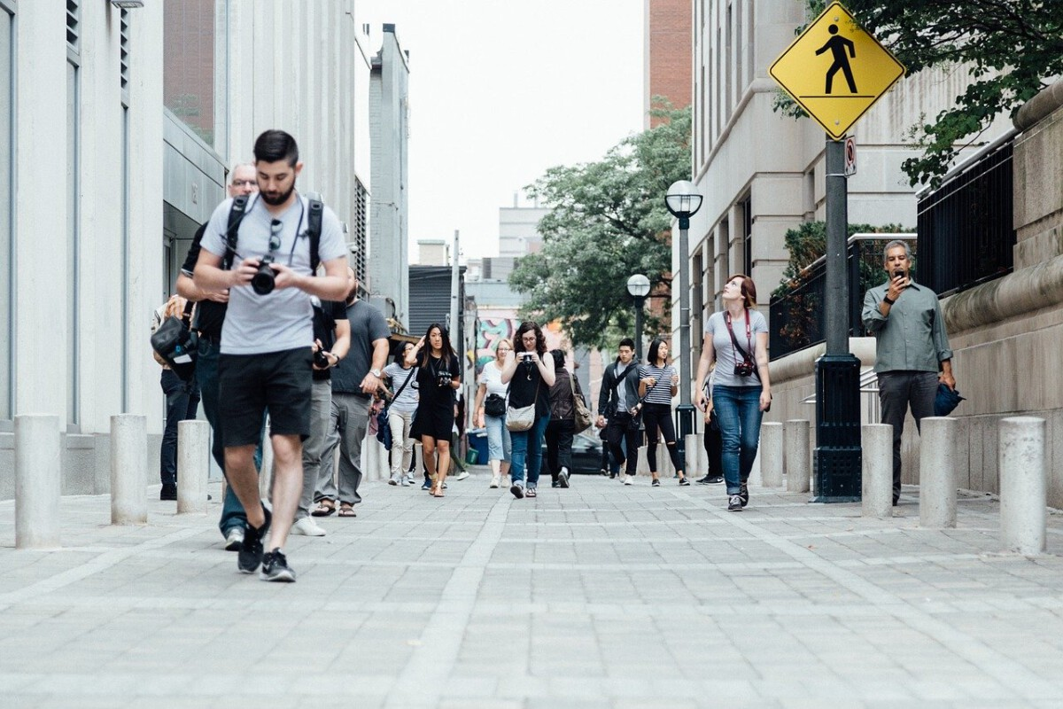 people walking coronavirus