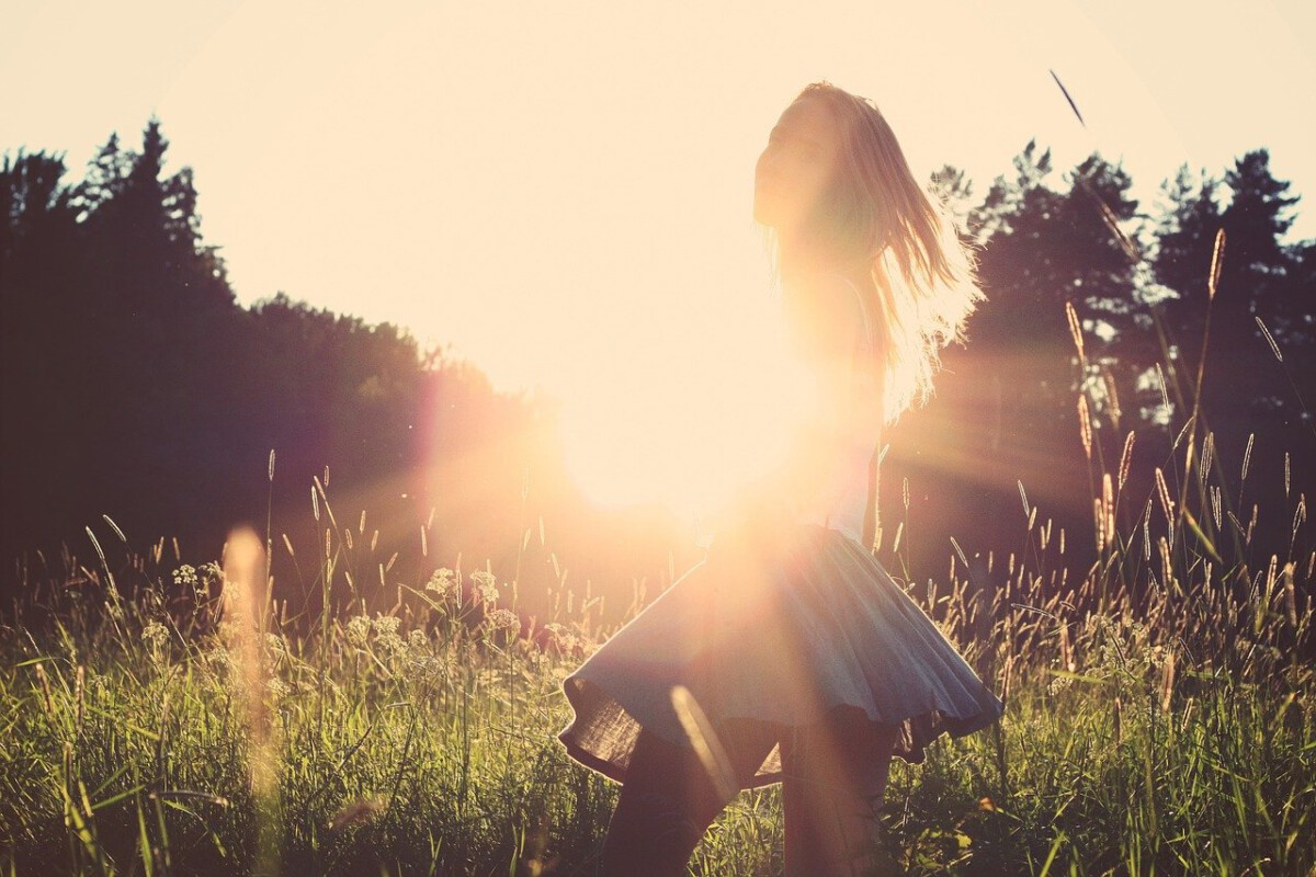 Dutch-woman-wearing-a-short-skirt-in-a-field-on-a-sunnny-day