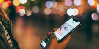 dutch-woman-using-app