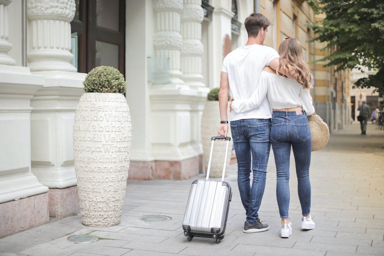 photo-couple-walking-with-suitcase