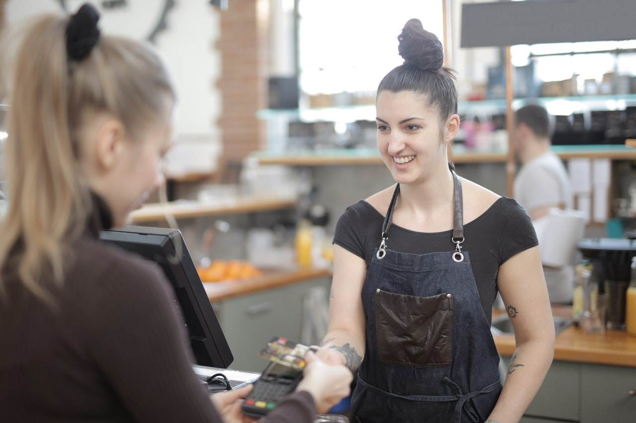 photo-woman-paying-with-card-in-a-cafe-in-the-netherlands