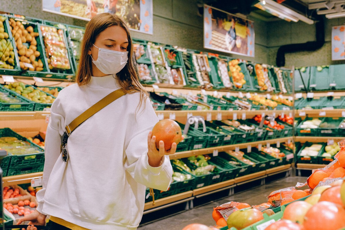 photo-woman-with-facemask-shopping-in-a-dutch-supermarket