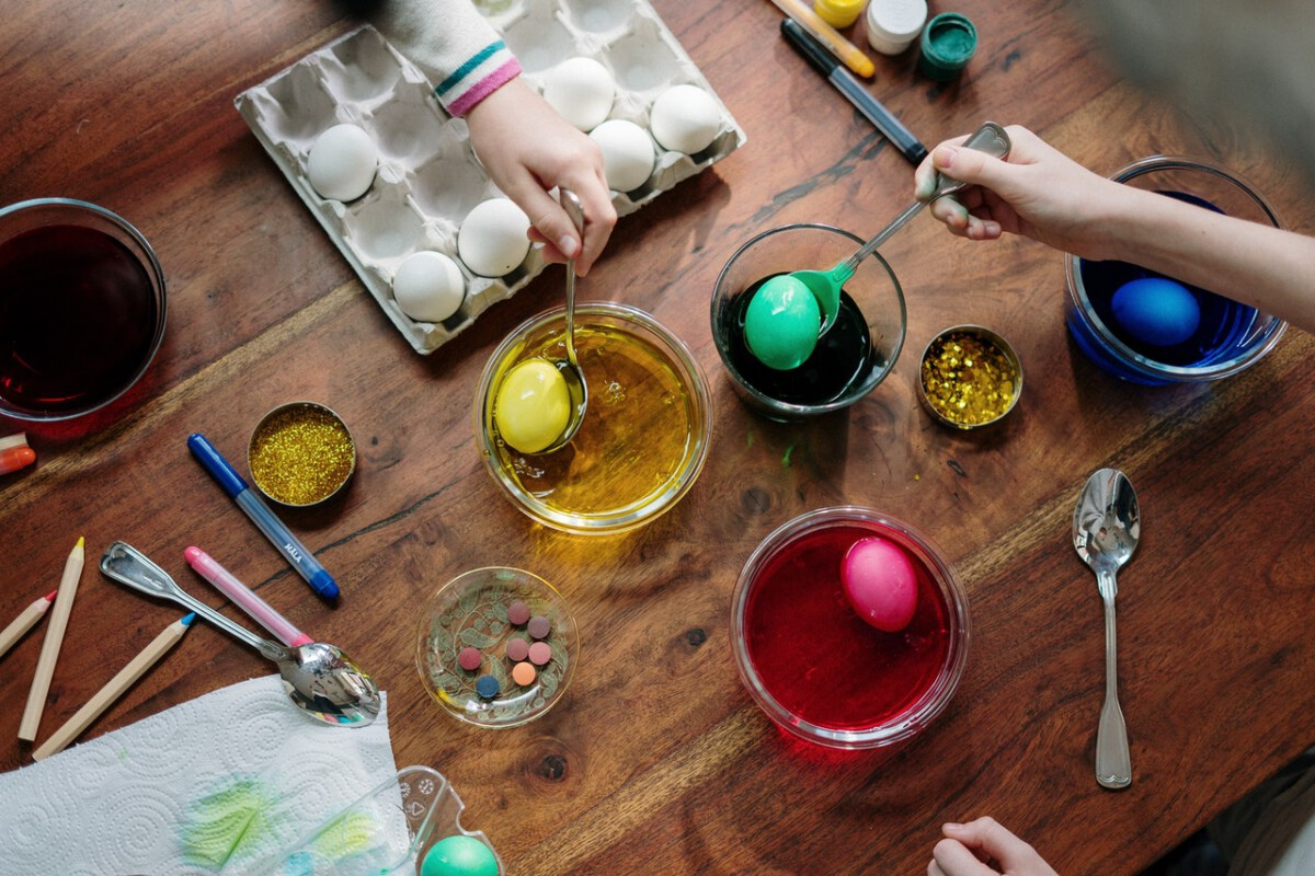 Dutch-children-decorating-easter-eggs