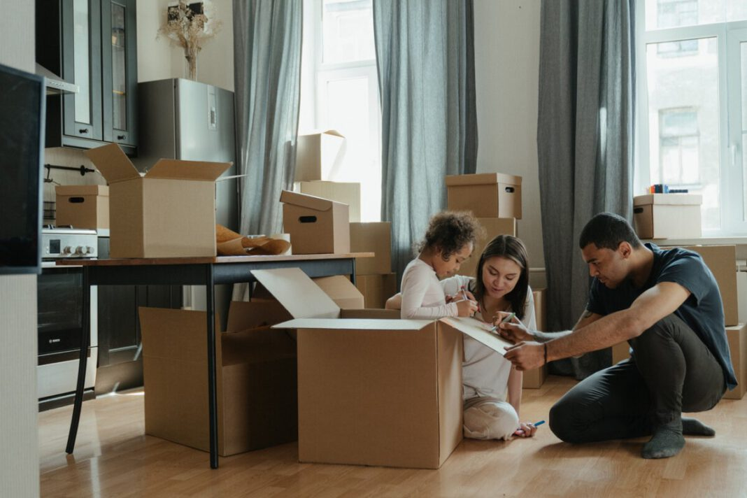 family-packing-to-move-away-from-the-Netherlands