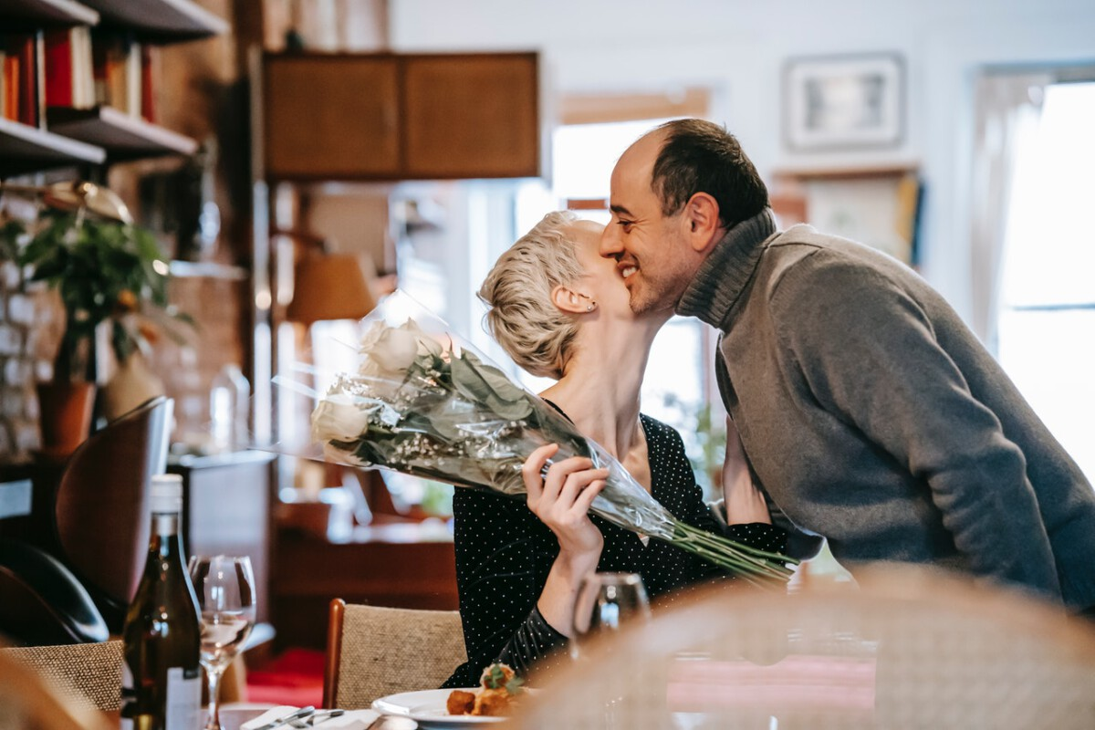 middle-aged-couple-kissing-on-valentine's-dat-in-the-Netherlands