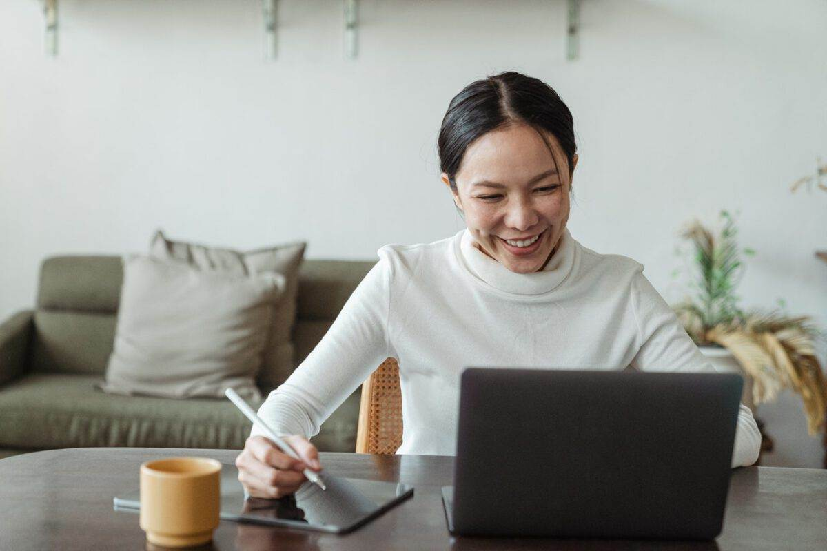 Photo-of-woman-sitting-at-computer-online-event