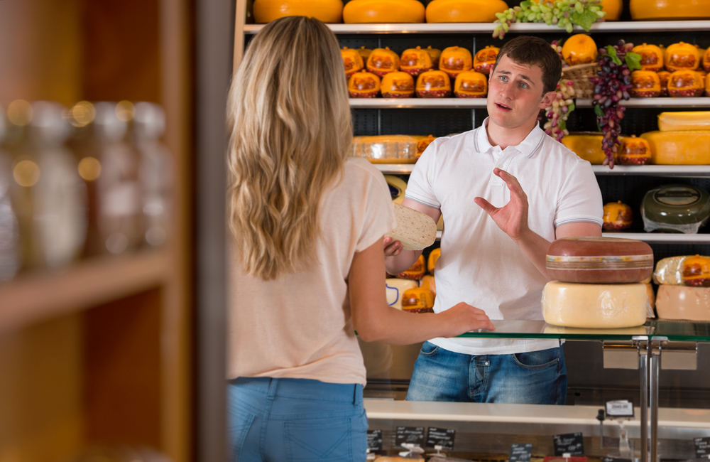photo-two-people-talking-dutch-in-a-cheese-store-free