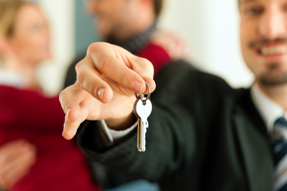 picture-of-house-keys-given-to-renters