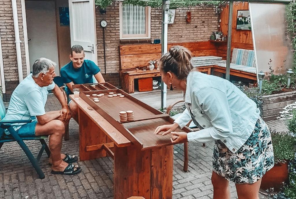 photo-of-dutch-family-playing-weird-dutch-sport-sjoelen