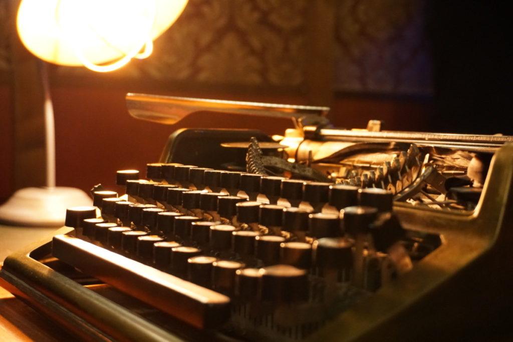 typewriter writer old school