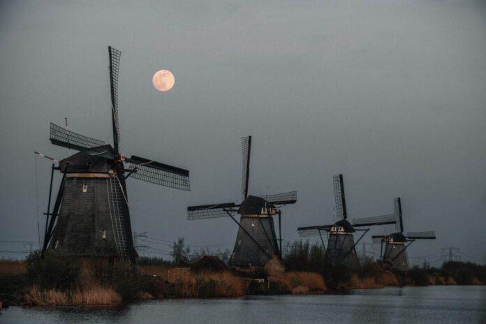 supermoon-rising-above-windmills-kinderdijk-netherlands