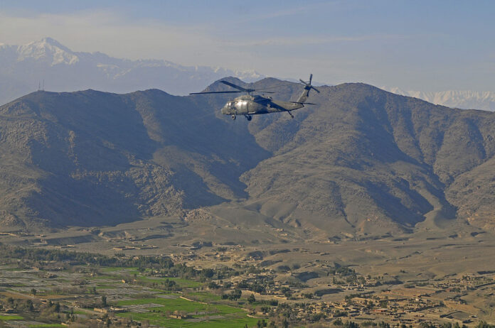 photo-american-black-hawk-helicopter-flying-over-kabul-afghanistan