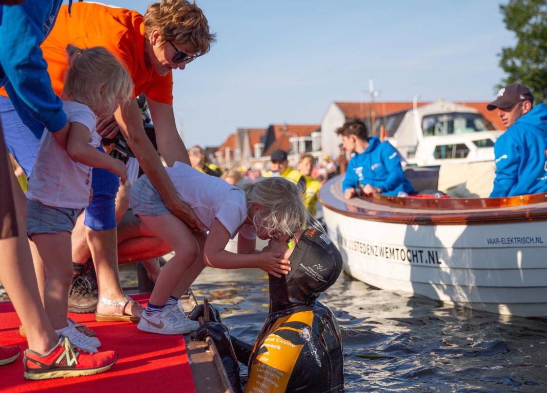 LIVEBLOG: Dutch hero Van der Weijden is just a few hours away from finishing his 196 km swim for charity – DutchReview